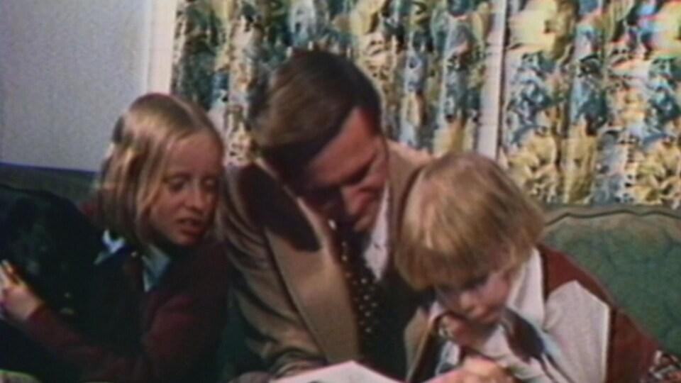 Grant Notley avec ses deux filles.