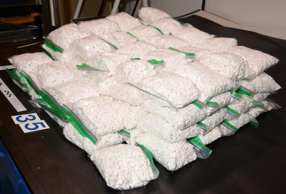 Des sacs de comprimés sur une table.
