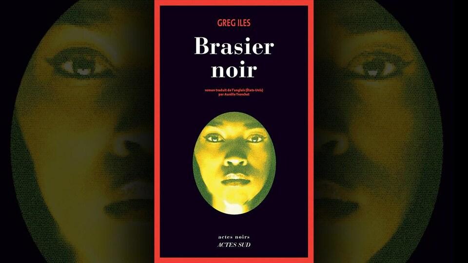 La couverture du livre «Brasier noir» présente la photo en médaillon ovale du visage d'une femme, avec un filtre jaune, sur fond noir bordé de rouge.