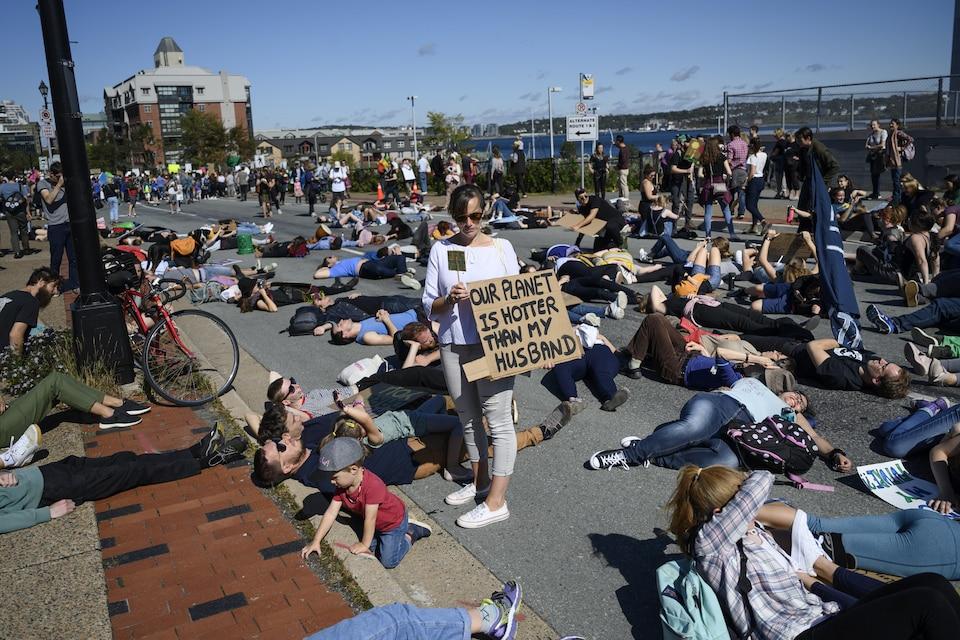 Des gens étendus sur la chaussée pour un « die-in ».