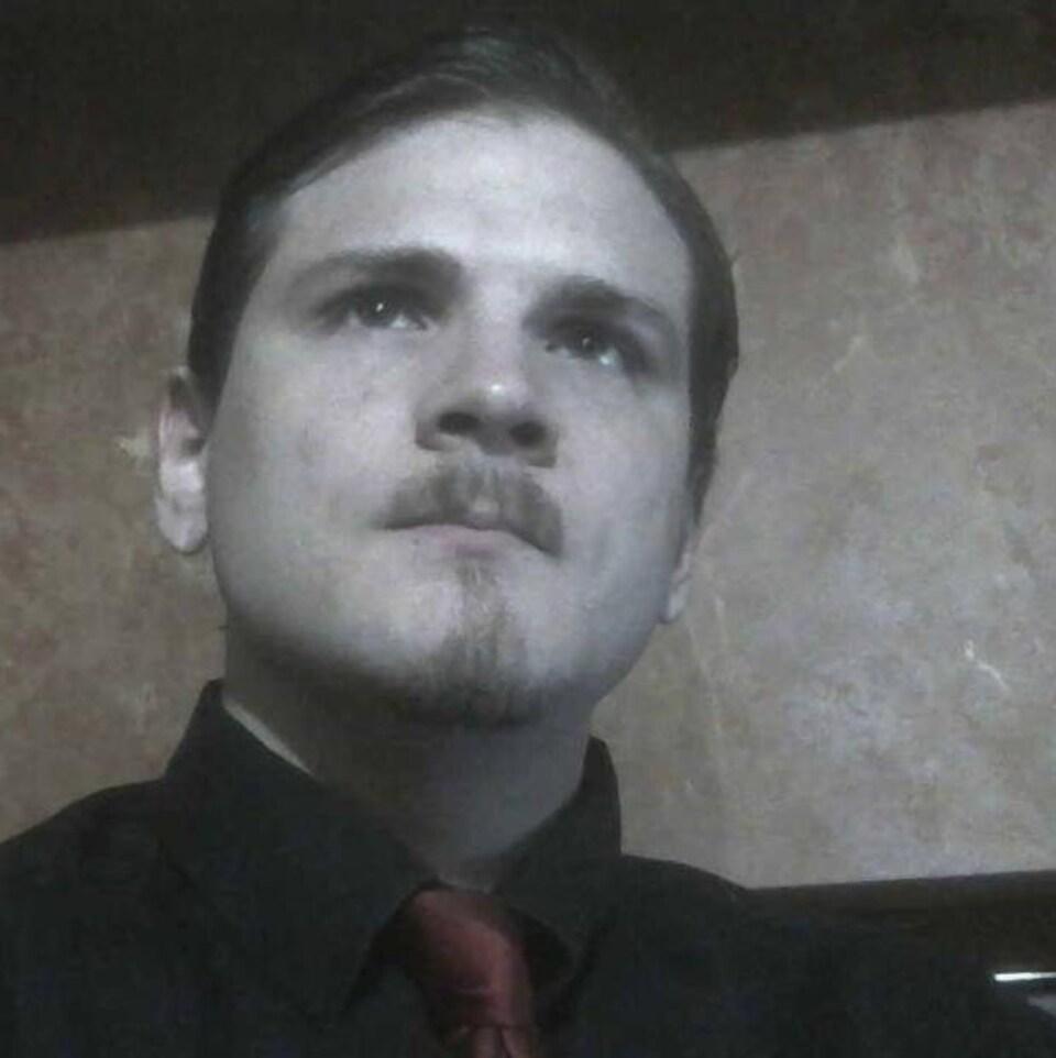 Une photo en noir et blanc de l'homme de l'Ontario.