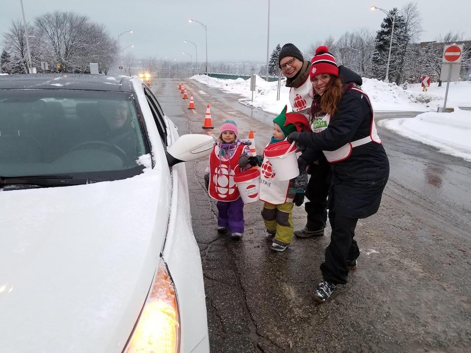Marie Eve Lacas et Réjean Blais en compagnie de Lucie et de Romy amassent les dons à l'entrée de l'Université de Sherbrooke.