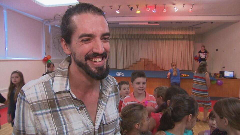 Le clown humanitaire Guillaume Vermette a visité les élèves de l'école Saint-Léon en Mauricie qui avaient un cadeau à lui remettre.