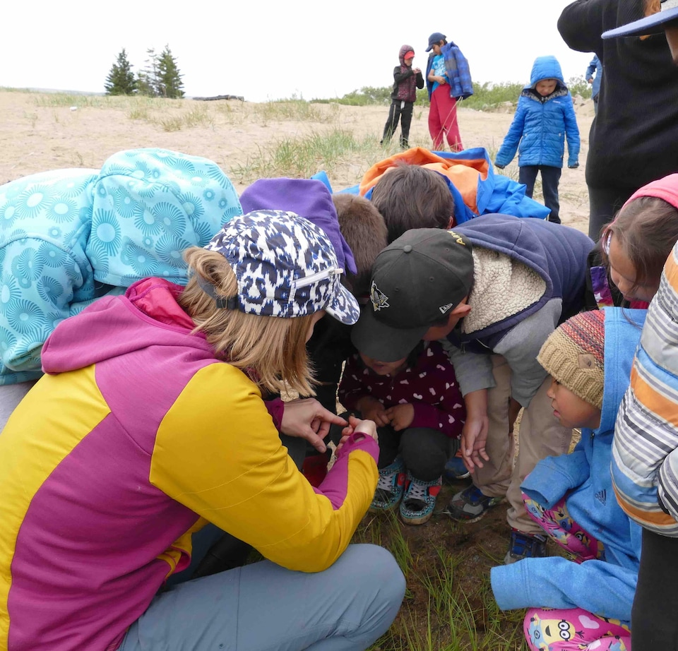 Gwyneth Anne MacMillan entourée de jeunes scientifiques en herbe
