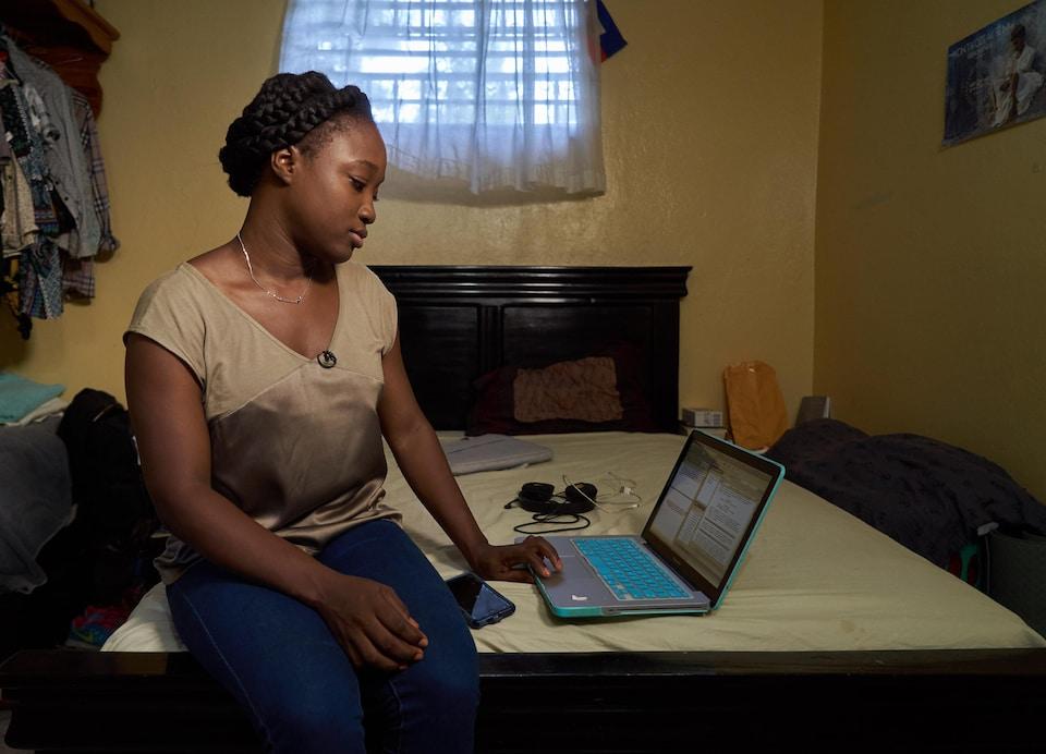 La documentariste Alexandrine Benjamin, elle, a choisi de rester en Haïti.