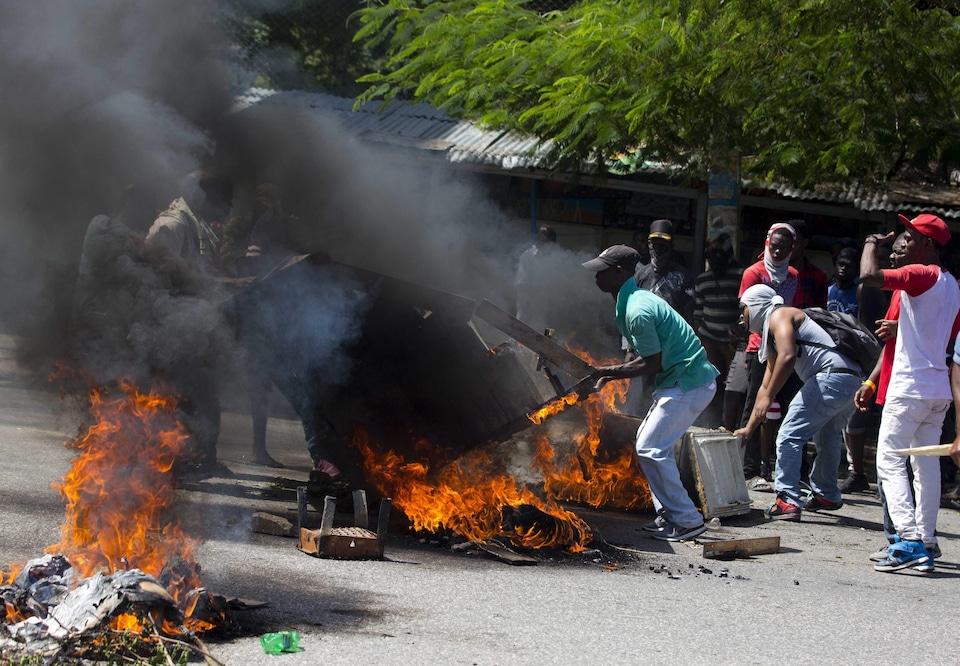 Des manifestants érigent une barricade à Haïti.