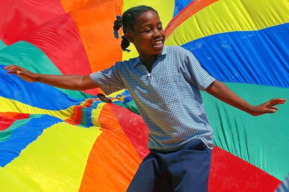 Une jeune fille haïtienne devant l'objectif du photographe Maurice Henri.