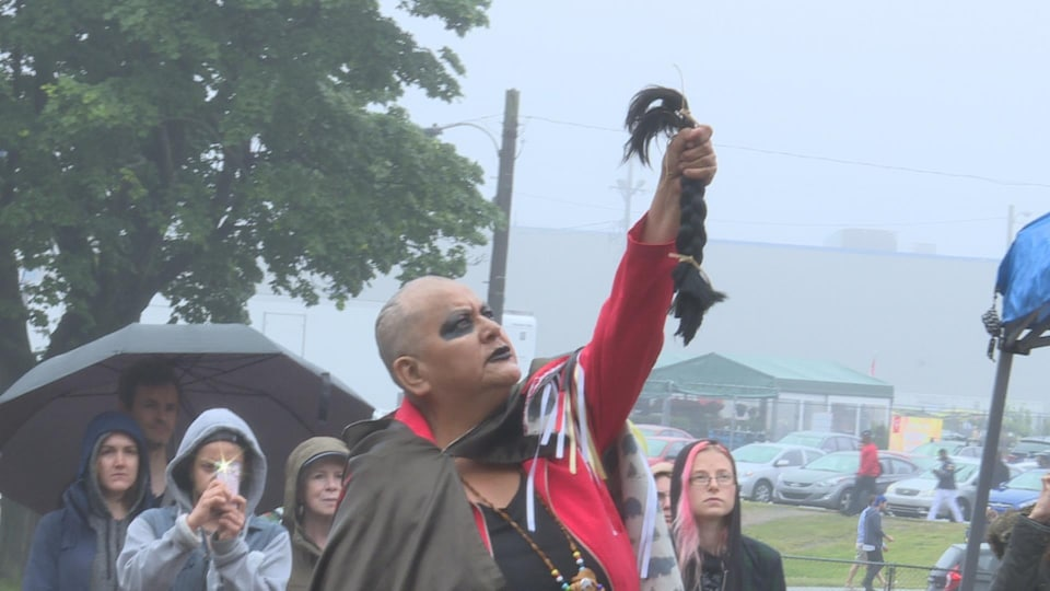 Des autochtones manifestent à Halifax durant la fête du Canada