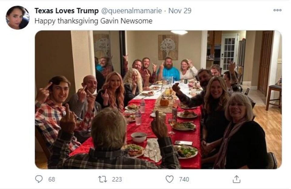 Un tweet avec la description « Joyeuse Action de grâce, Gavin Newsom ». Il est accompagné d'une photo de personnes rassemblées autour d'une table qui mangent de la dinde et font des doigts d'honneur.