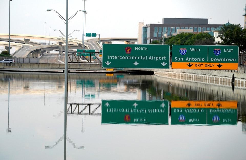 Même si la pluie a cessé à Houston au Texas, l'eau qui s'est accumulée après le passage de l'ouragan Harvey est encore bien présente dans les rues.
