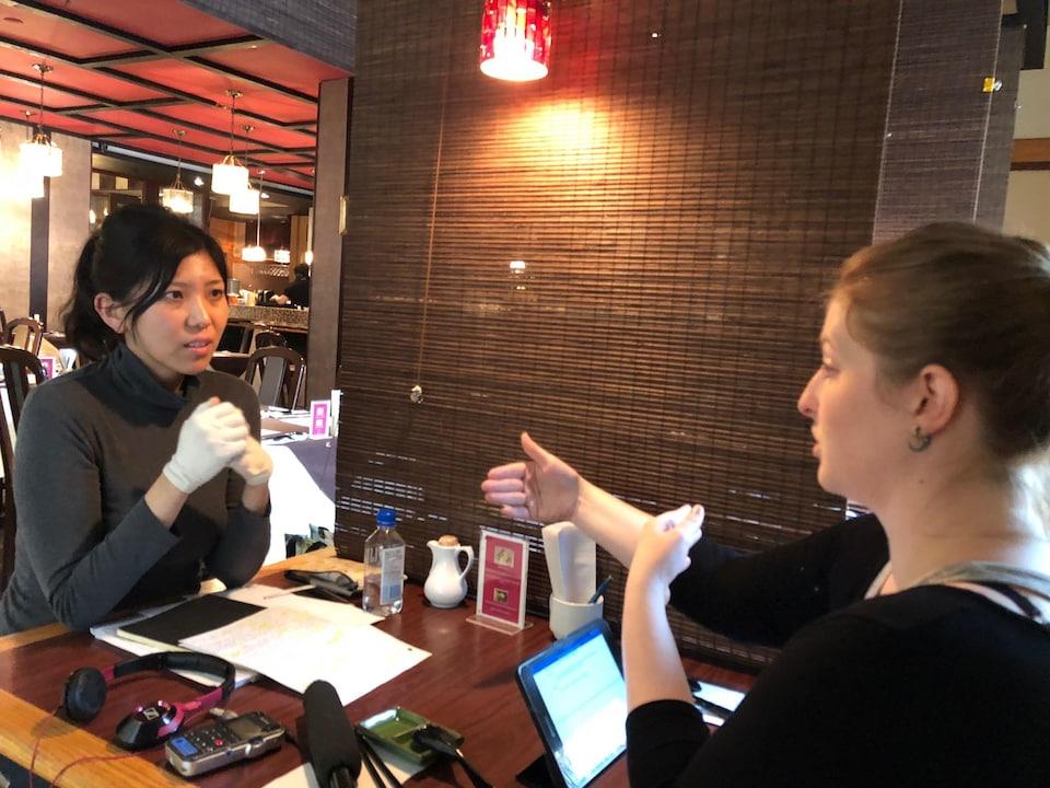 Les deux jeunes femmes sont attablées au restaurant.