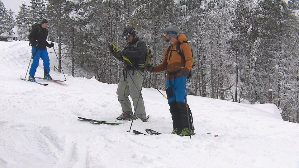 Des skieurs dans le secteur hors-piste du mont Édouard