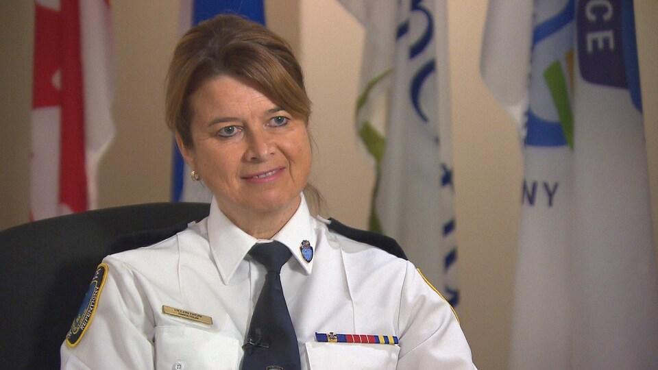 Helen Dion dans son bureau, en uniforme