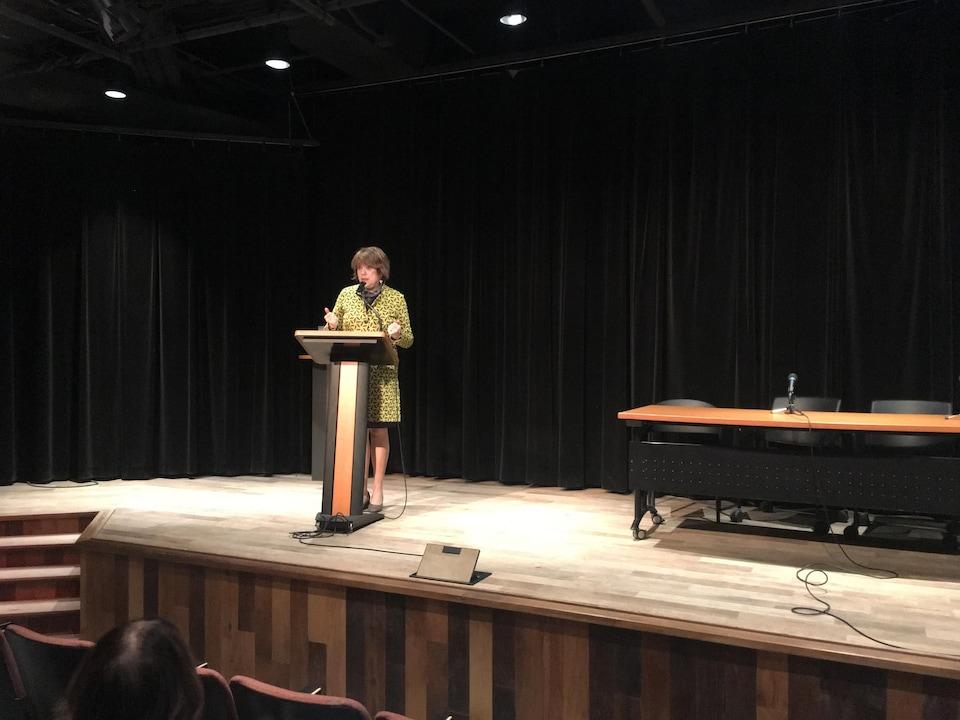 Hélène David au micro du podium