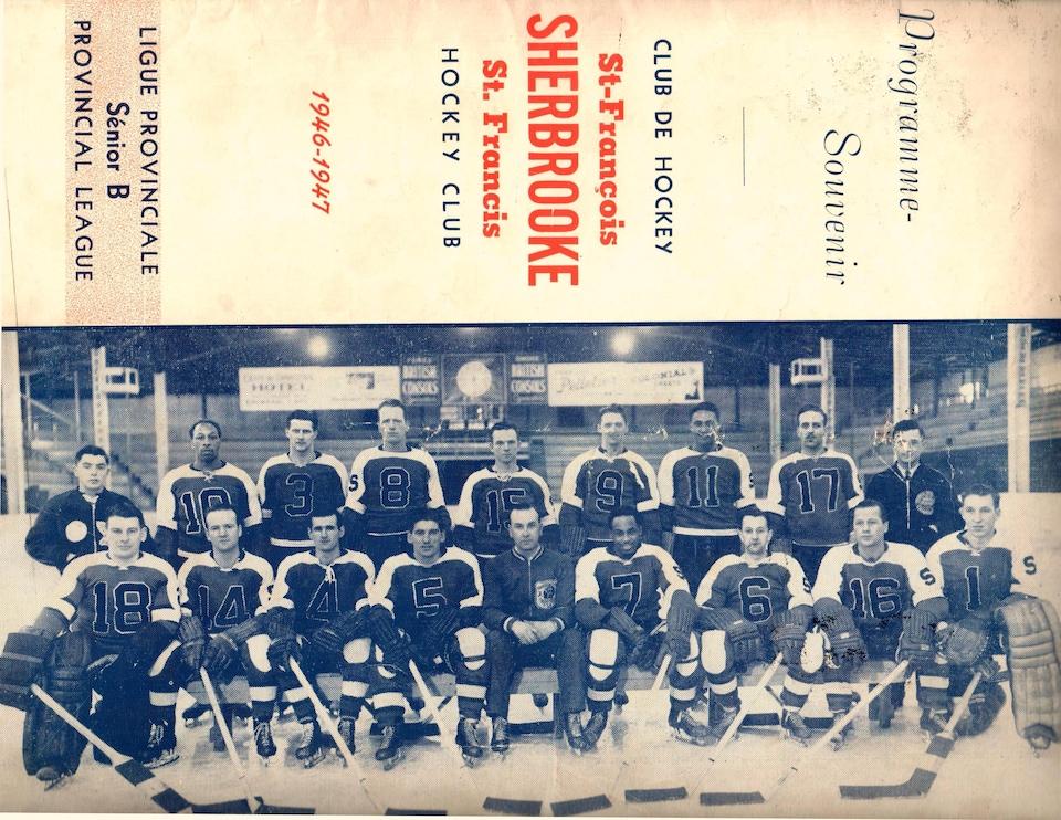 Une photo en noir et blanc de plusieurs hommes posant en bâtons et patins de hockey sur glace.