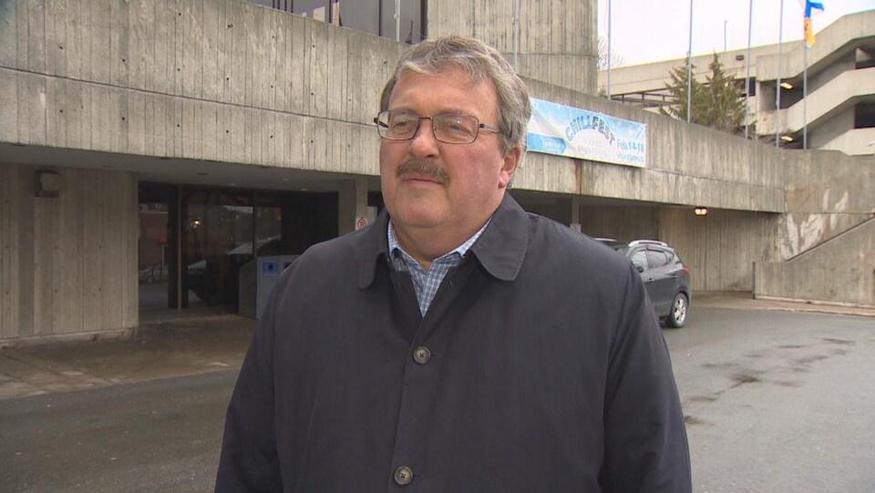 Sandy Hickman debout devant l'hôtel de ville