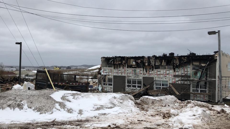 Le bâtiment, dont le toit est calciné, est une perte totale.