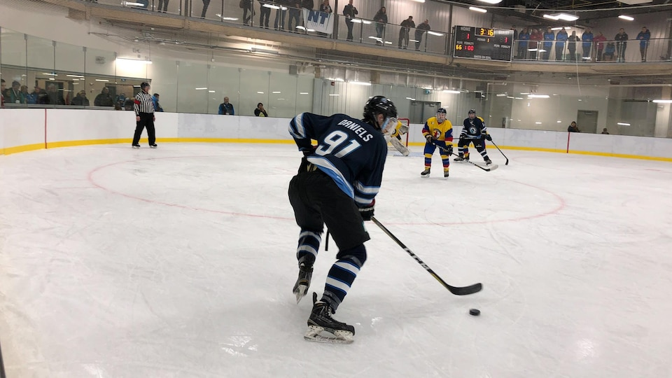 Un joueur de hockey aux Jeux de l'Arctique.