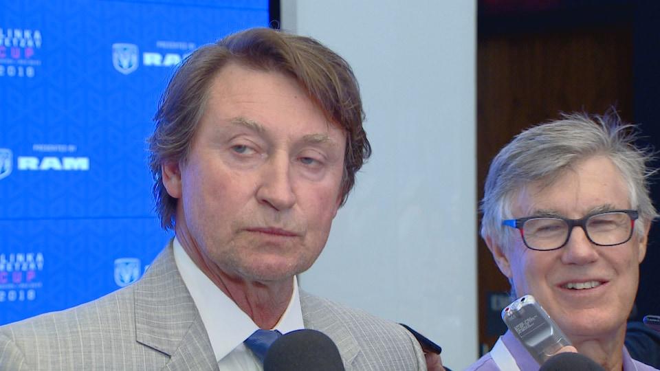 Lors d'une conférence de presse, Wayne Gretsky commente le 30e anniversaire de son transfert des Oilers d'Edmonton vers les Kings de Los Angeles.