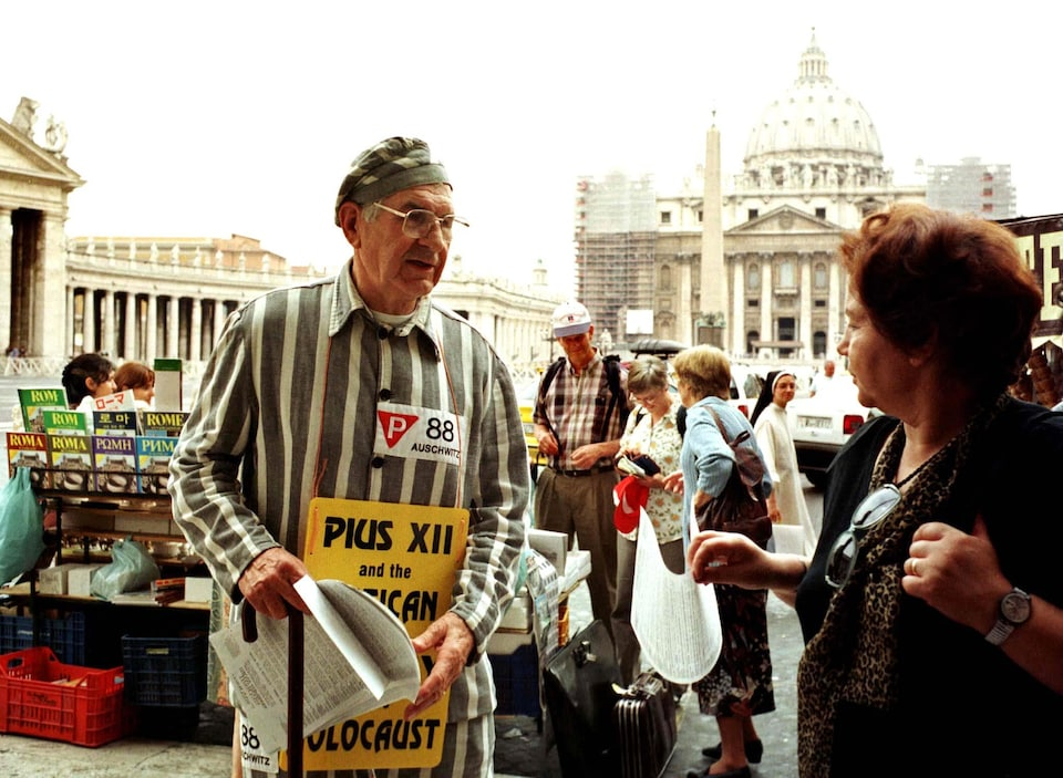 Un homme habillé en prisonnier devant le Vatican.