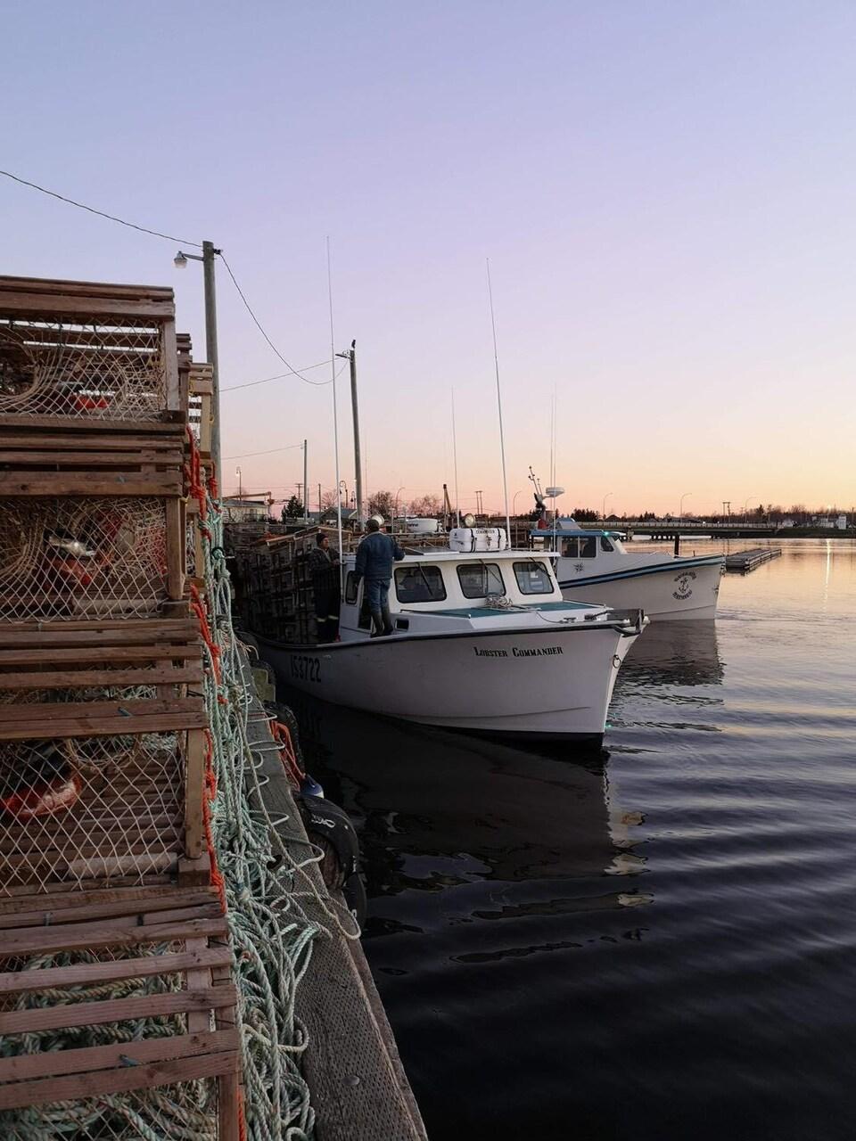 Un bateau pêche à quai.