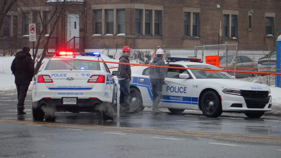 Des voitures de police.