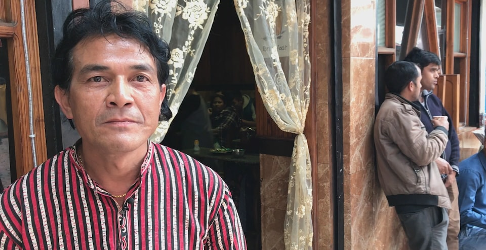 Balawan Pynskhem est un restaurateur de Shillong. En tant qu'homme, il doit donner tous ses revenus à sa femme, mais comme il n'est pas marié, dans son cas, c'est à sa soeur qu'il les verse.