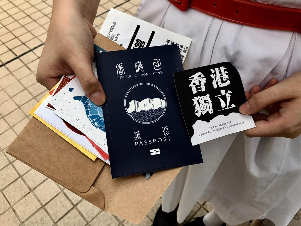 Les tracts distribués par Angela apparaissent comme de faux passeports de Hong Kong.