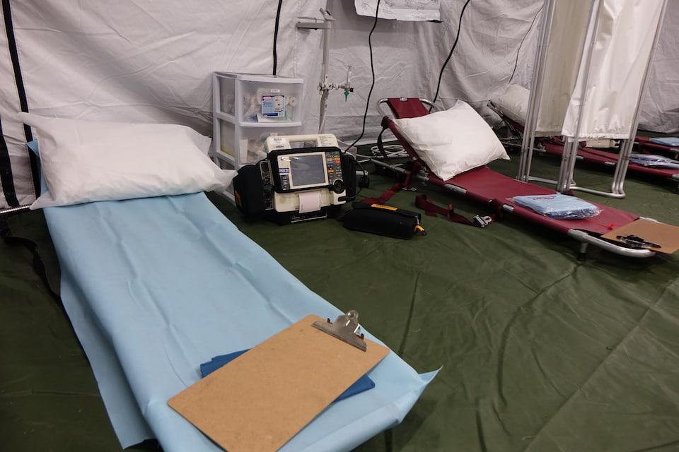 Des civières et de l'équipement médical.