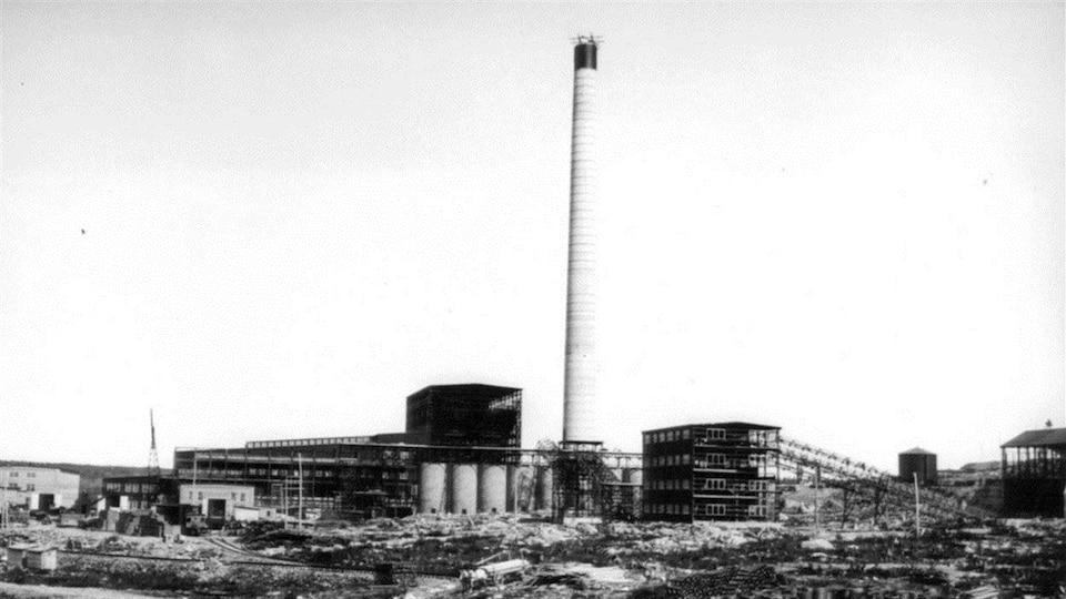 Construction de la première cheminée et de l'usine de smeltage de la mine Noranda / Vavasour & Dick . - [vers 1926-1927]