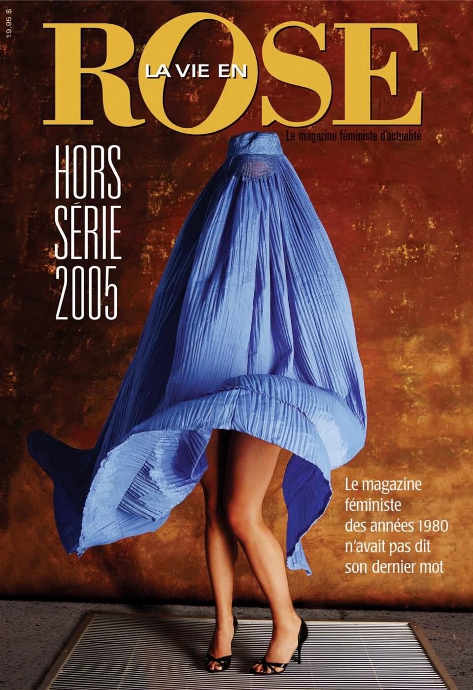 La photo d'une femme avec une burka bleue debout sur une bouche de métro qui souffle de l'air et montre les jambes de la femme