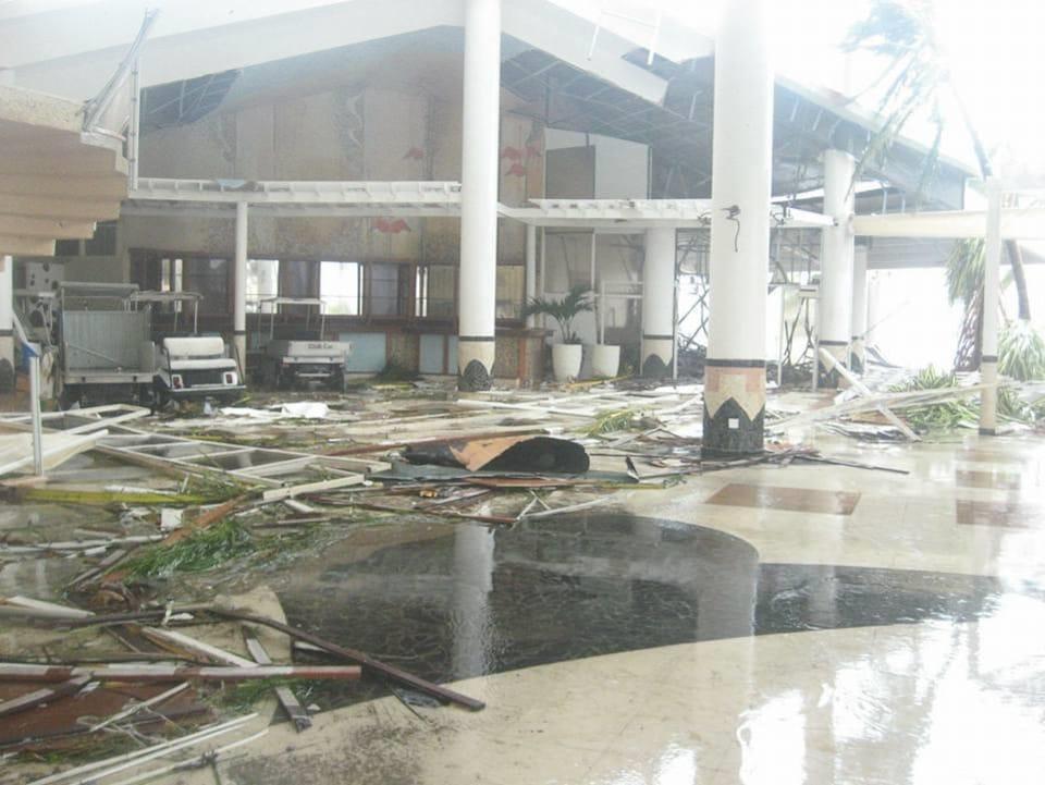 Le lobby de l'hôtel ravagé par l'ouragan