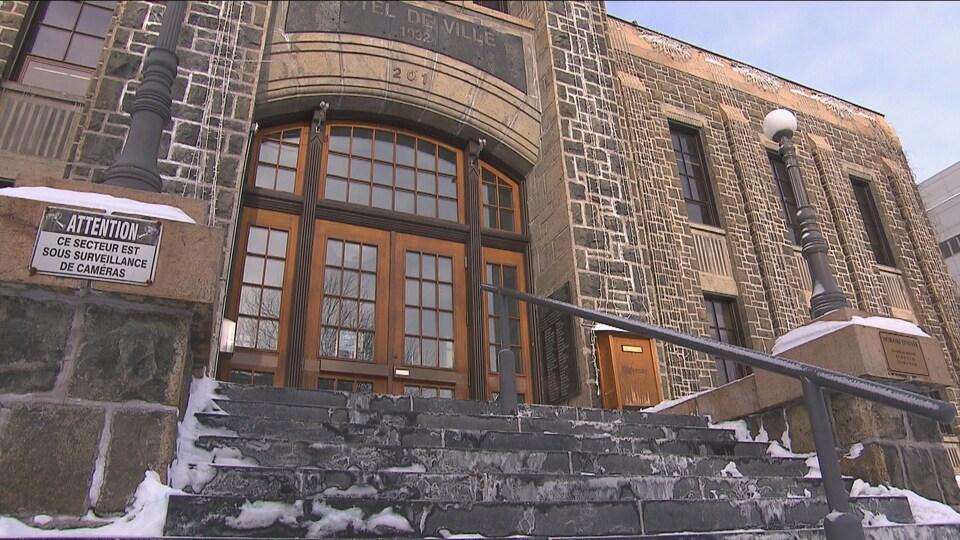 Gros plan sur l'hôtel de ville de Saguenay et ses escaliers