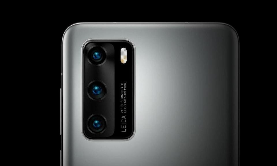 Gros plan sur le gros module de caméras rectangulaire qui se trouve à l'arrière du téléphone intelligent Huawei P40.