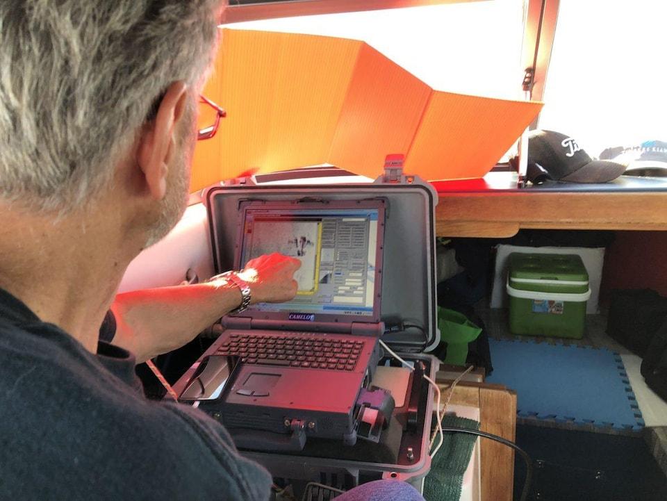 Garry Kozak pointe l'écran de son ordinateur.