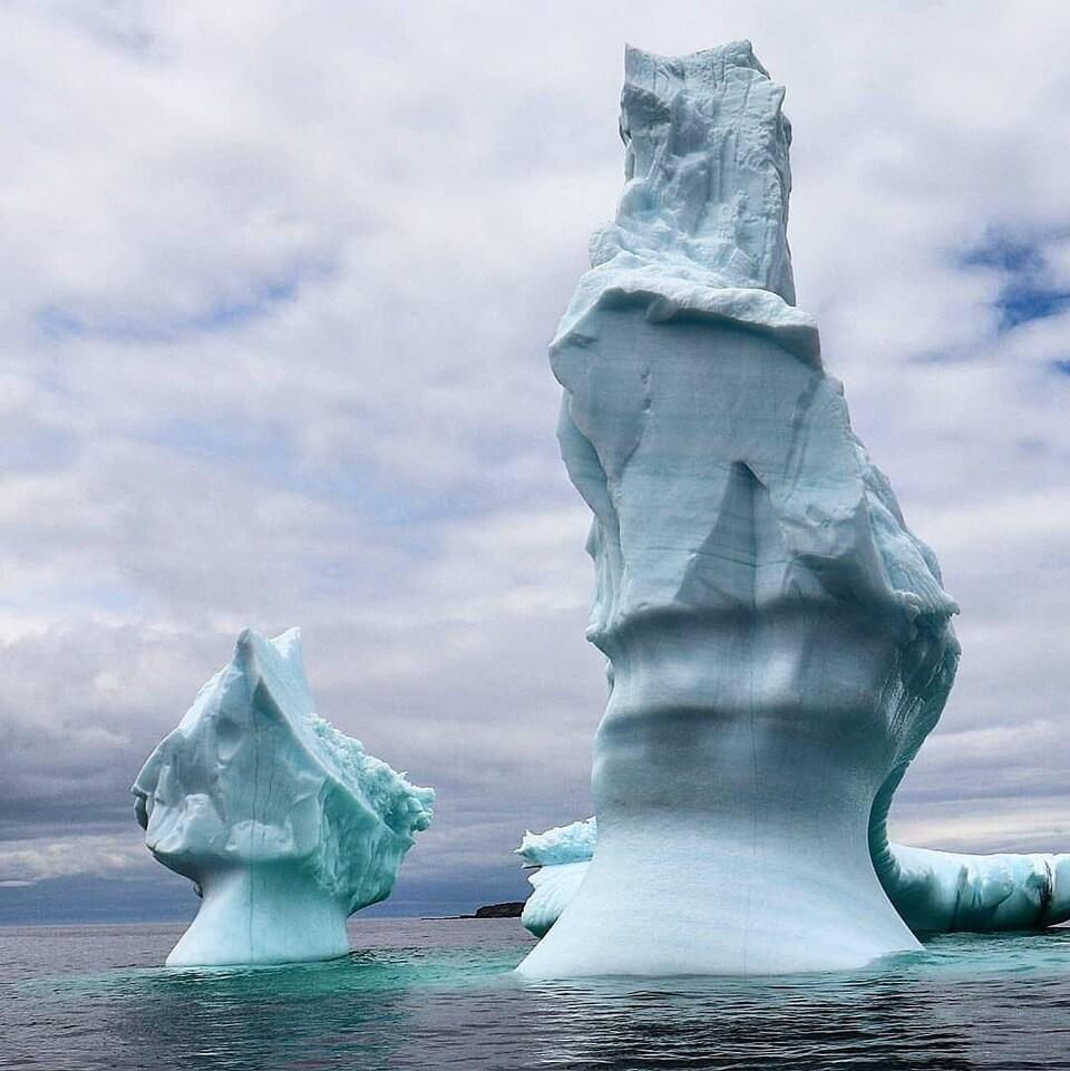 Des icebergs en forme de tour