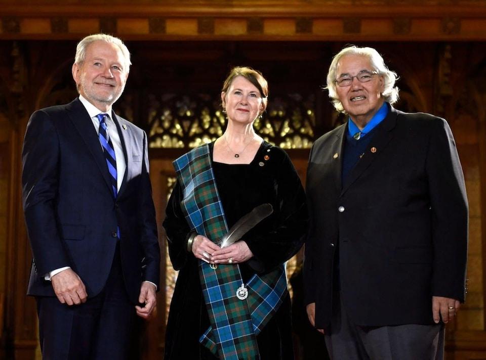 La sénatrice Marilou McPhedran, le sénateur Peter Harder et le sénateur Murray Sinclair debout dans une salle.