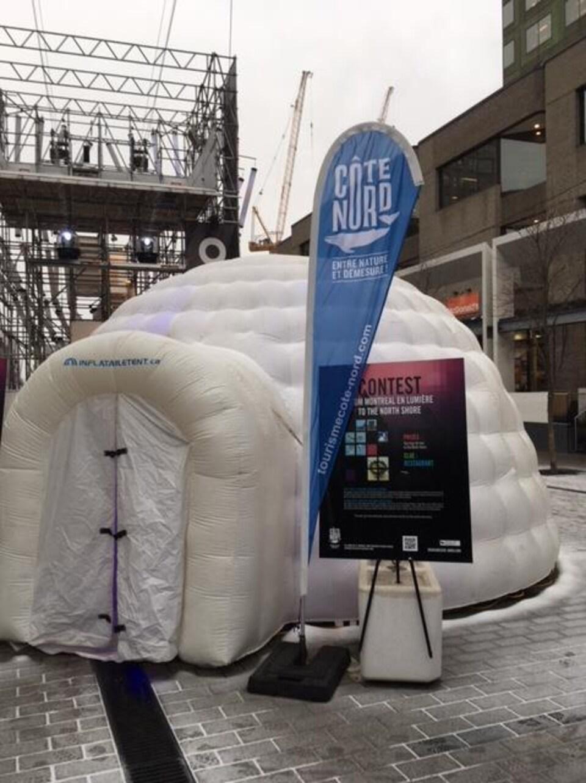 Le kiosque de Tourisme Côte-Nord au festival Montréal en lumière a la forme d'un igloo