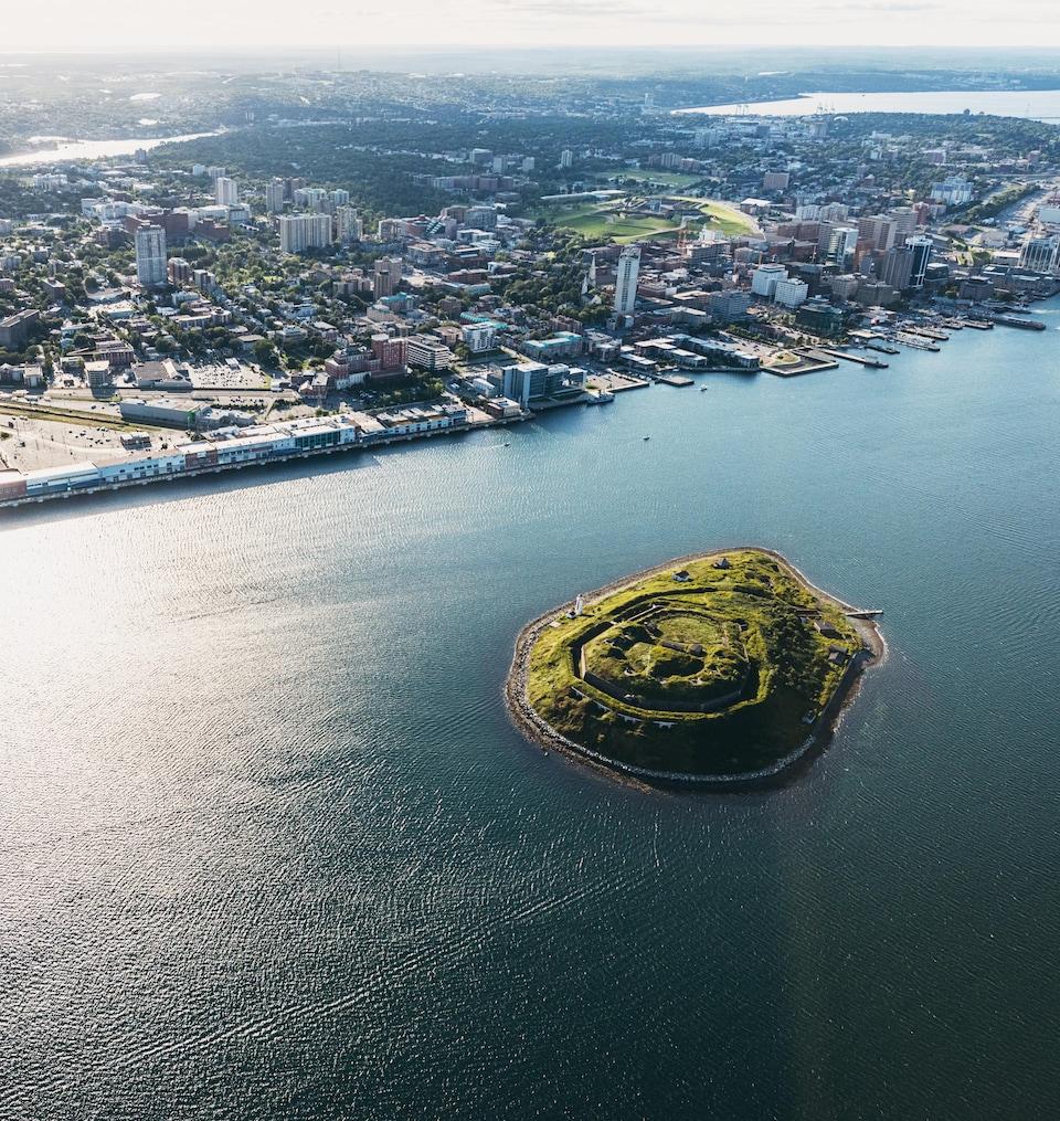 Vue aérienne de l'île Georges et d'Halifax.