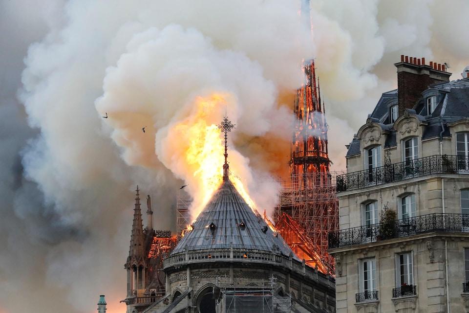 Des flammes et de la fumée s'échappent de la cathédrale Notre-Dame de Paris.