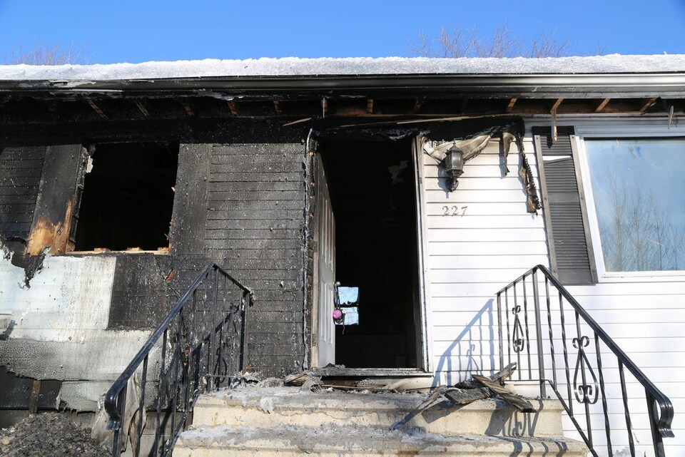 Entrée de la maison brûlée.