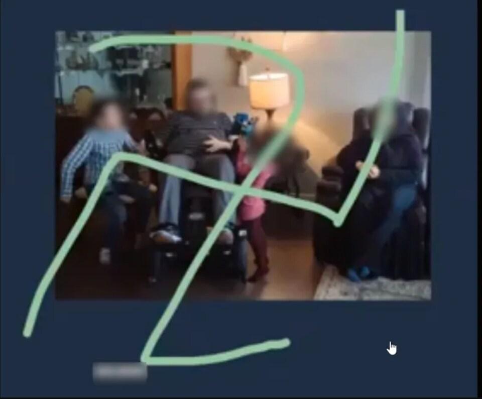 Une capture d'écran montre un incident haineux et raciste.