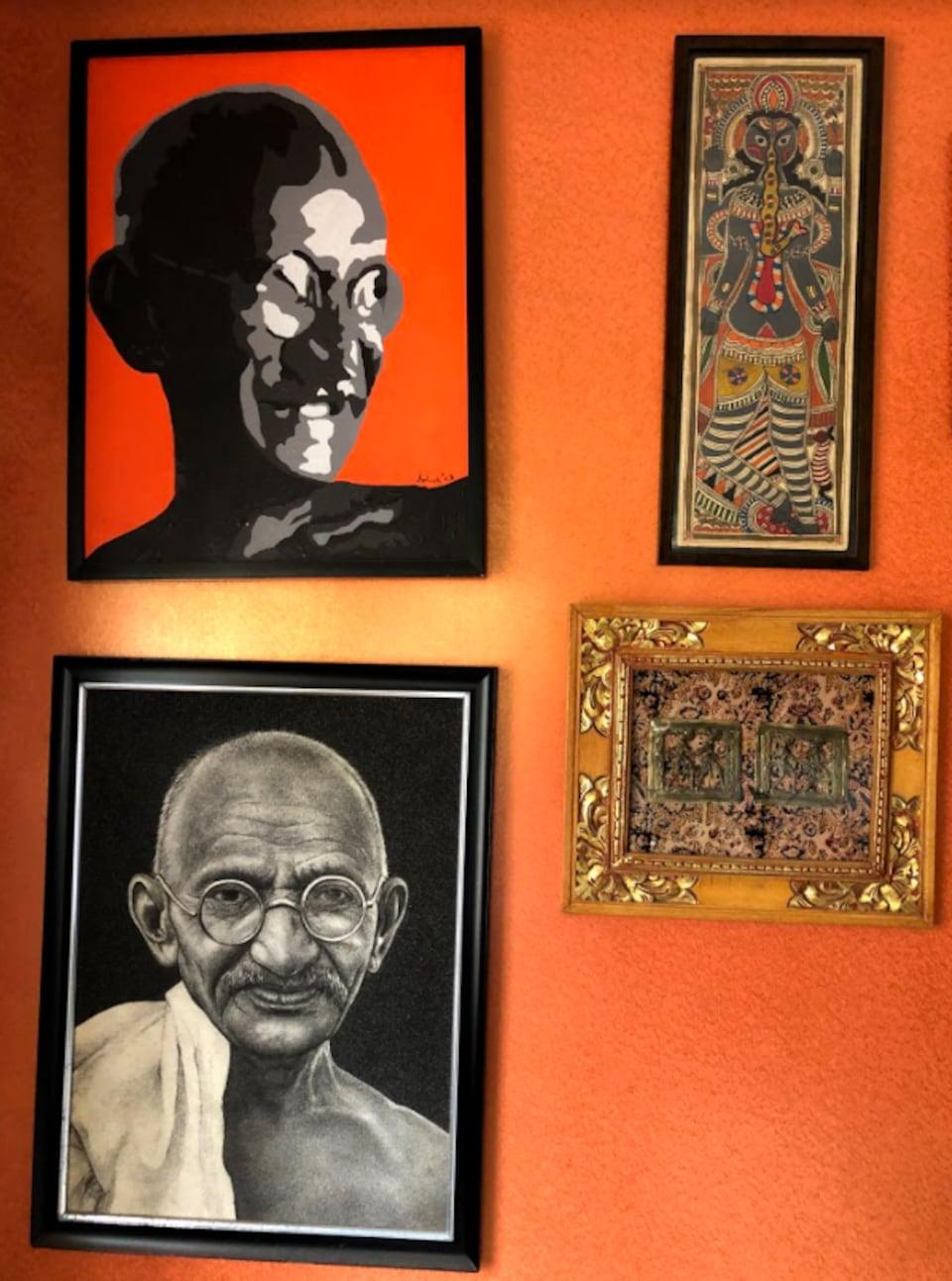 Des cadres accrochés sur un mur représentant le mahatma Gandhi.