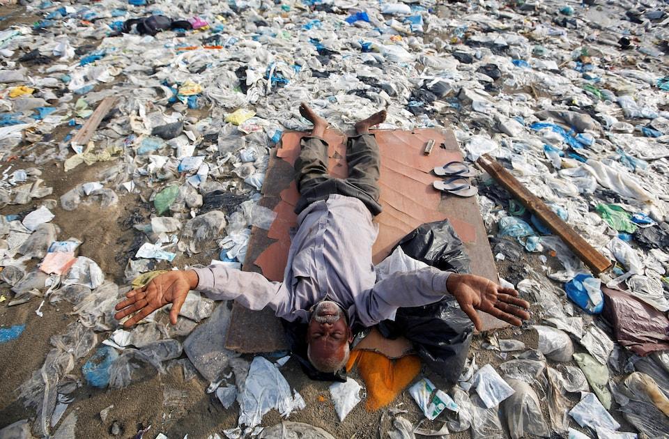 À Mumbai, en Inde, un homme a trouvé le moyen de réaliser ses exercices sur une plage pleine de plastique.