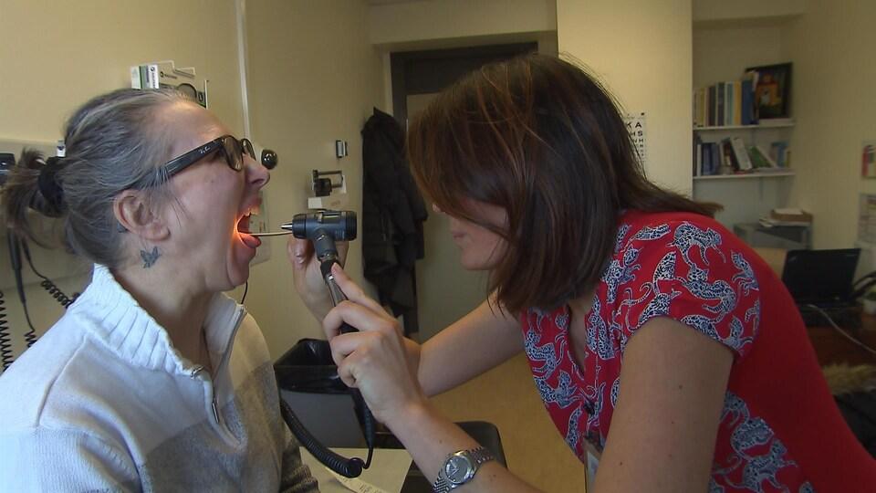 Mélanie Babin avec une patiente.