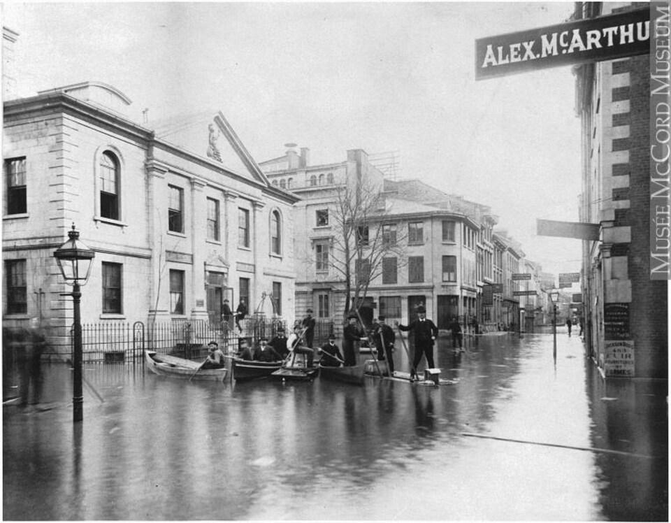 Le square de la Douane, rue Saint-Paul, à Montréal en 1886 complètement inondé.