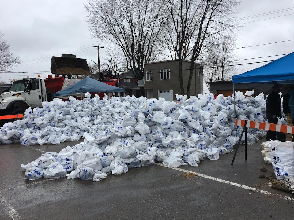 À Nicolet, les bénévoles s'activent pour remplir, comme vendredi, 10 000 sacs de sable. Une vingtaine de syndiqués en lock-out de l'ABI ont décidé de mettre la main à la pâte.