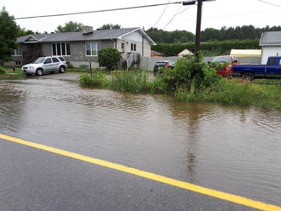 Le chemin Taché, à Cantley, est partiellement inondé.