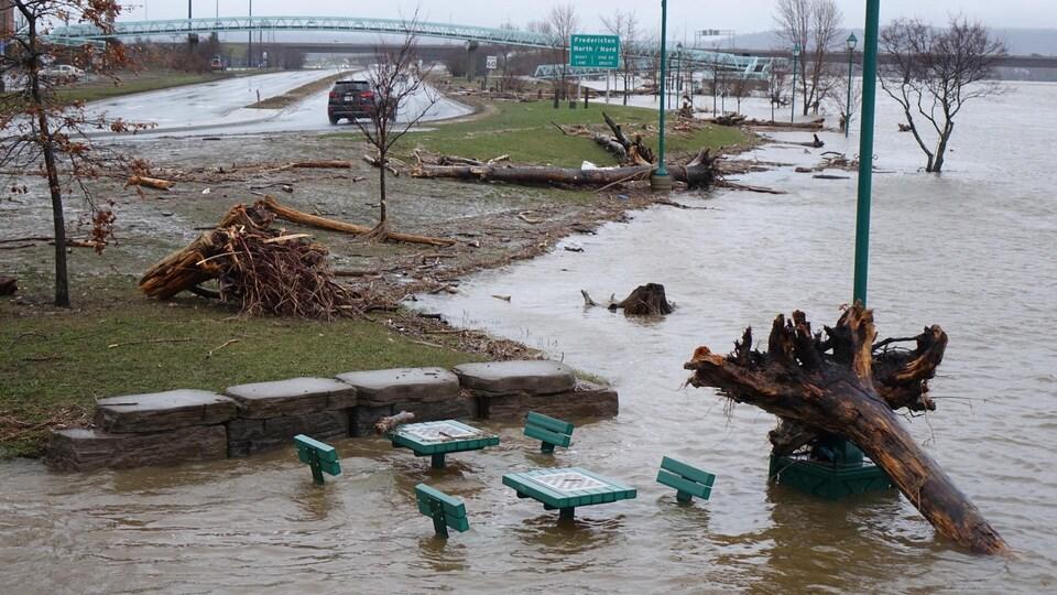 Le parc riverain à Fredericton est sous les eaux.