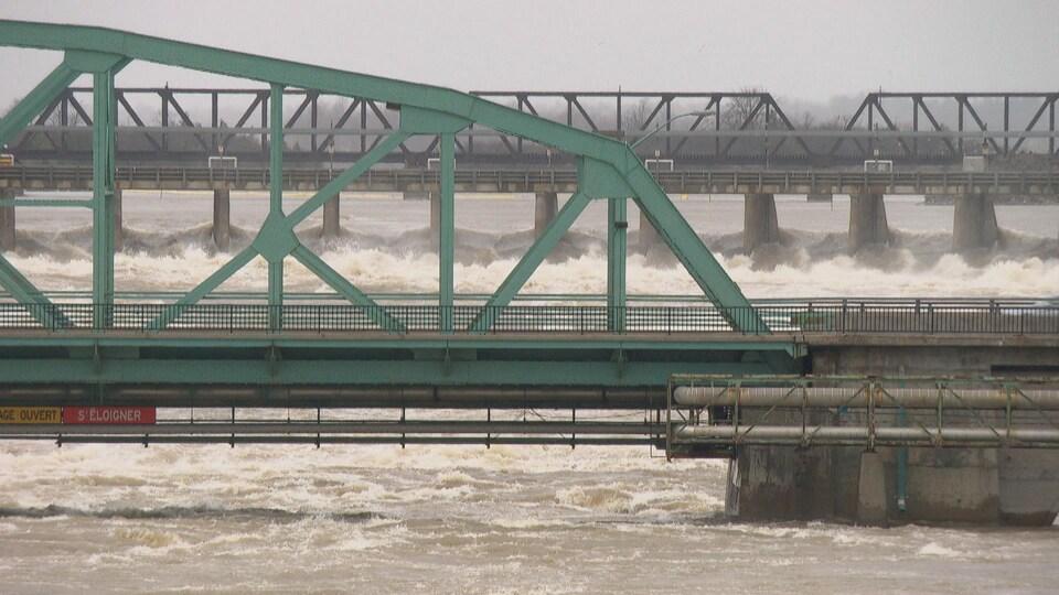 Le fort courant s'abat sur les piliers des ponts.